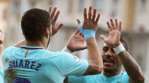Suárez celebra con Paulinho su gol ante el Eibar (EFE).