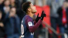 Neymar celebra su gol ante el Estrasburgo. (AFP)