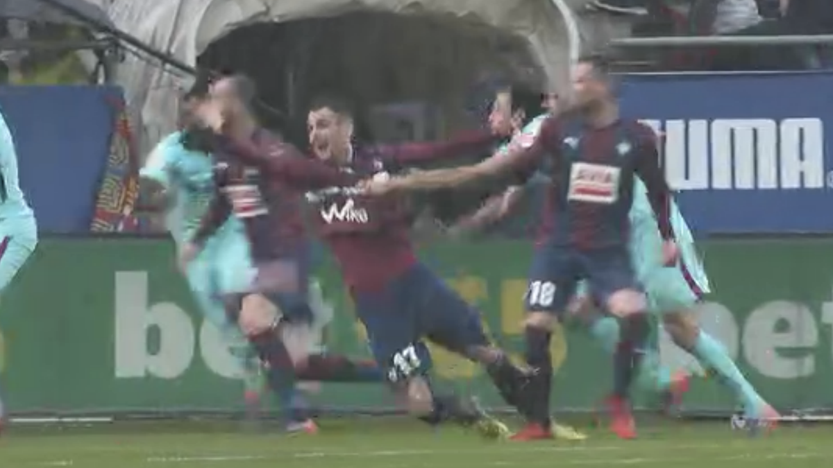 Sergio Busquets agarró claramente a Kike dentro del área durante el Eibar – Barcelona.