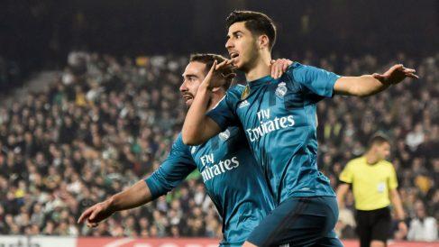 Marco Asensio celebra su segundo gol con Dani Carvajal. (EFE)