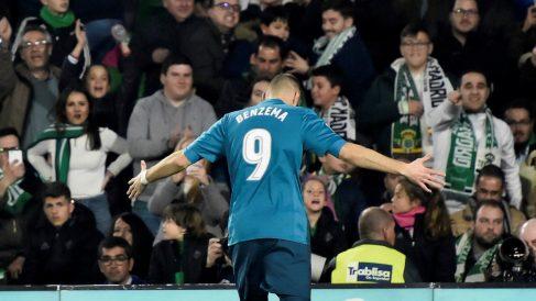Benzema celebra su gol al Betis. (EFE)