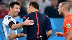 Çakir y Messi, en un partido. (AFP)