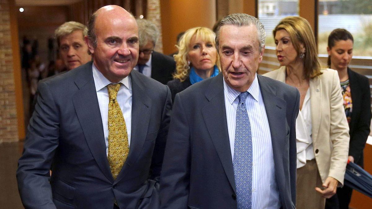 El exministro de Economía, Luis de Guindos, y el presidente de Comisión Nacional de los Mercados y la Competencia (CNMC), José Maria MarÌn Quemada. (Foto: EFE)