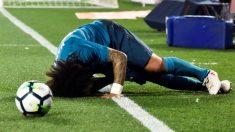 Marcelo se duele sobre el césped. (EFE)