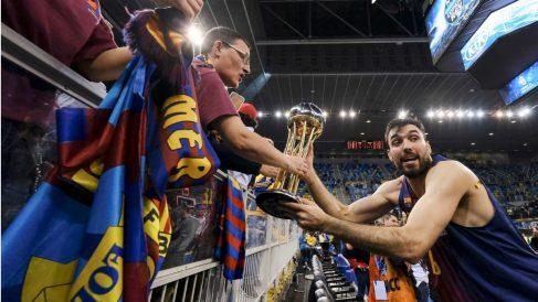Pierre Oriola celebra con la afición culé la consecución de la Copa del Rey. (EFE)