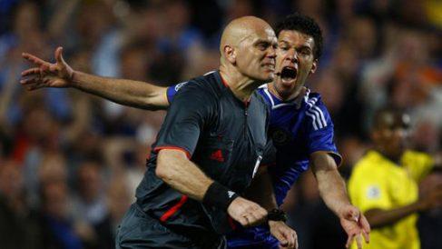 Ovrebo y Ballack, durante aquel Chelsea-Barcelona de 2009.