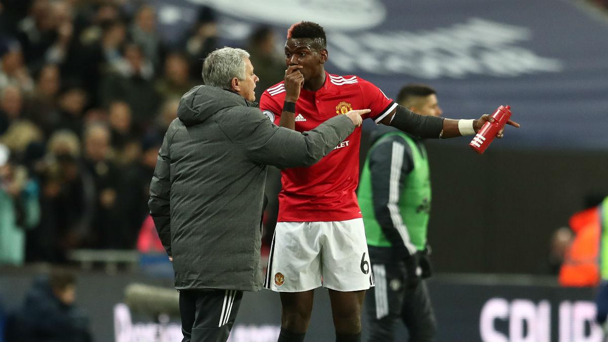 Mourinho hablando con Pogba en un partido del United (Getty)