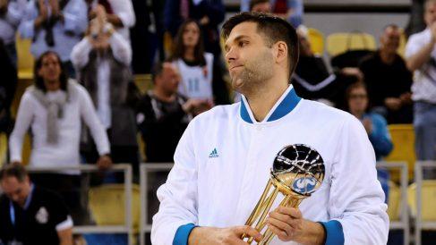Felipe Reyes salió a recoger el trofeo del subcampeón de Copa. (EFE)