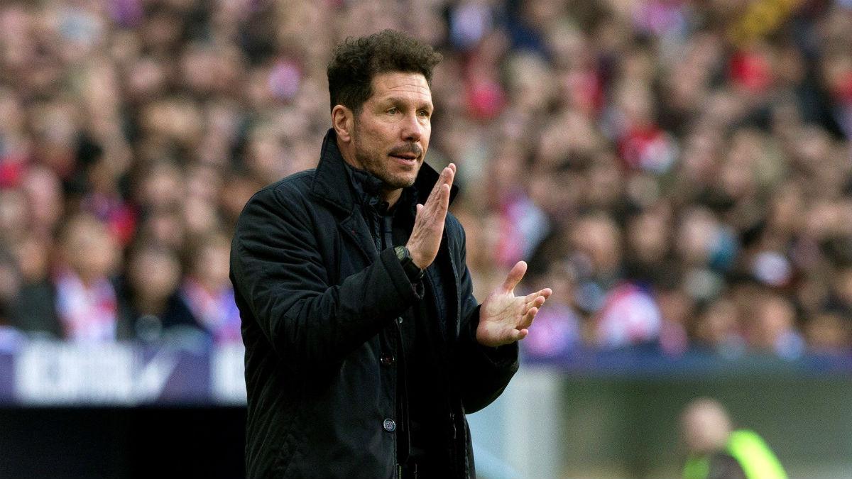 El Cholo Simeone da órdenes durante un partido del Atlético. (EFE)