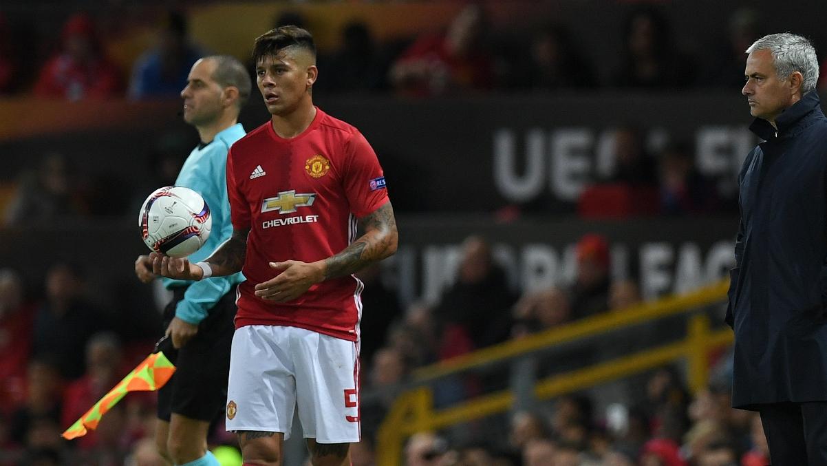 Marcos Rojo ante la atenta mirada de Mourinho. (AFP)