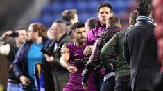 Agüero se enfrenta a un aficionado del Wigan. (Getty)