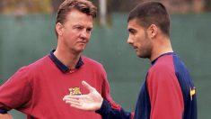 Guardiola y Van Gaal dialogan en un entrenamiento del Barcelona.