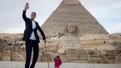 El turco Sultan Kosen, de 34 años, es el hombre más alto del mundo y mide 2,51 metros de estatura.