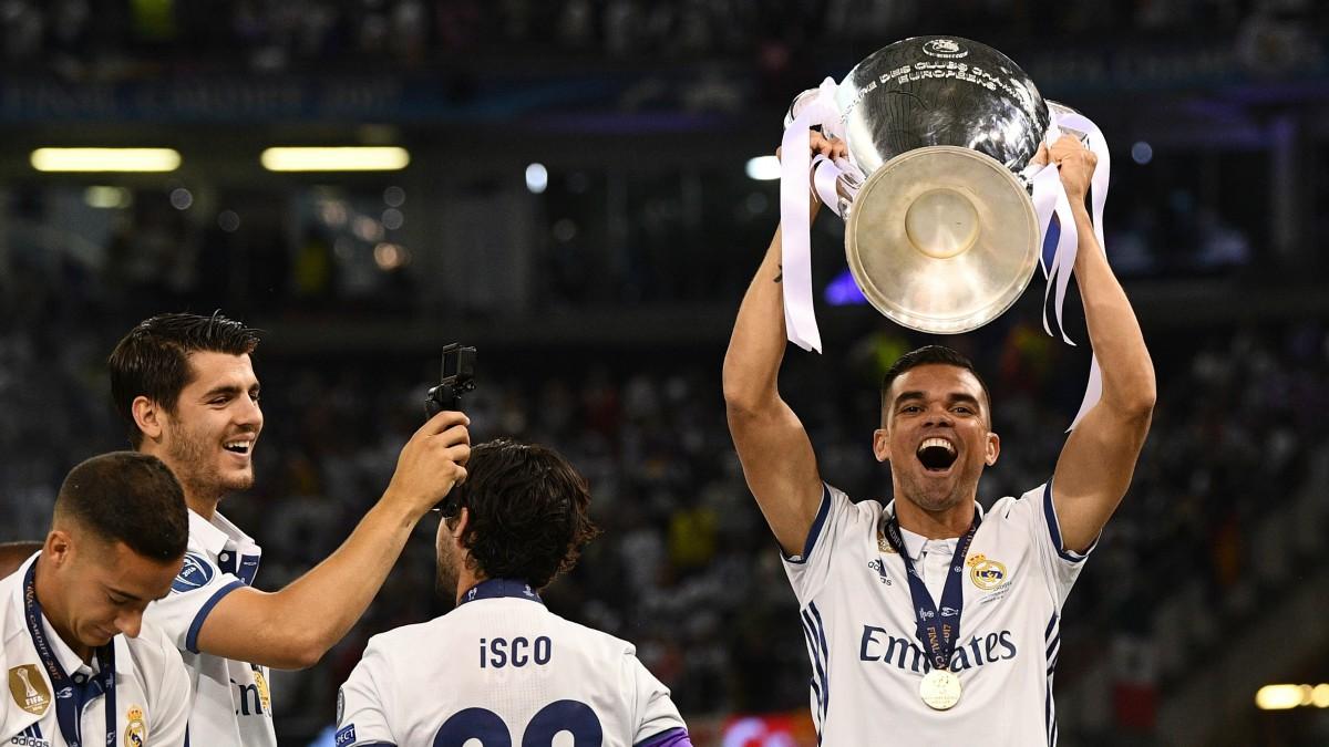 Pepe levanta la Duodécima conquistada por el Real Madrid en Cardiff. (Getty)