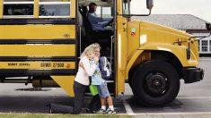 Es importante inculcar a los niños que sean precavidos cuando cojan el autobús escolar.