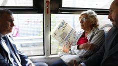 La alcaldesa en un autobús de la EMT. (Foto: Madrid)