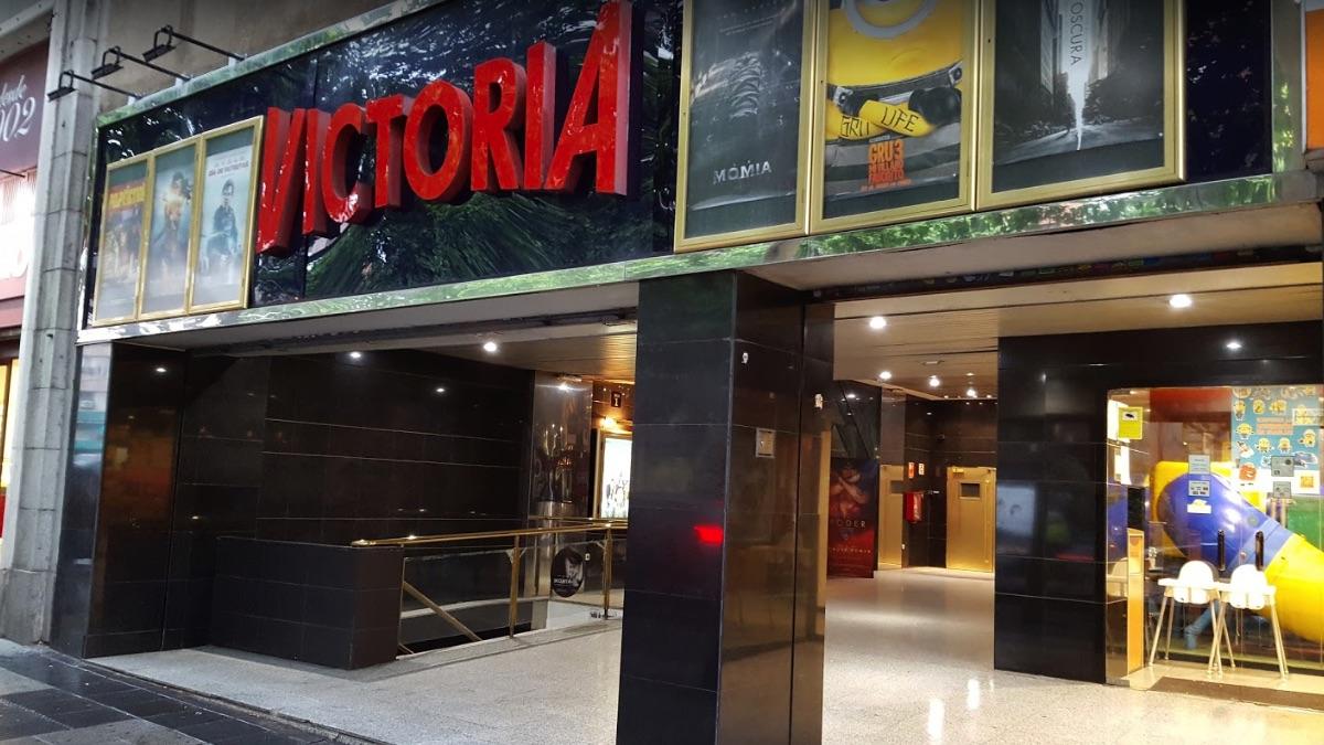 Fachada de los cines Victoria antes de su cierre.
