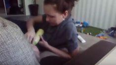 La niñera grabada con cámara oculta maltratando a un bebé