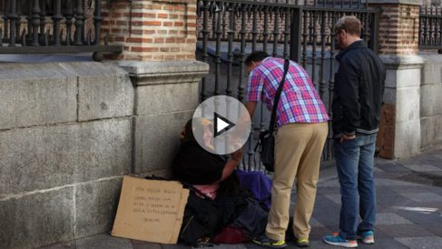 Una mujer pidiendo en Madrid. (Foto: GETTY)