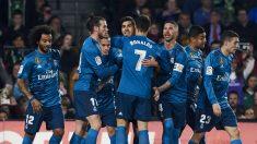 La plantilla del Real Madrid celebra uno de los goles de Asensio, ante el Betis (Getty).