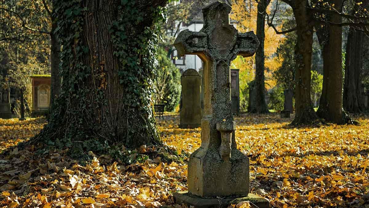 Fernando Gómez nos ofrece una pequeña muestra de lo que podemos encontrar en su libro 'La vuelta al mundo en 80 cementerios'