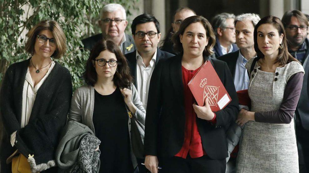 Ada Colau con los familiares de los golpistas presos. (Foto: EFE)
