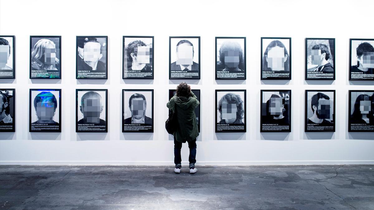 La muestra 'Presos políticos', de Santiago Sierra. (Foto: EFE)