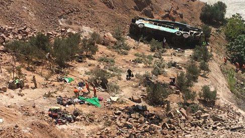 Así quedó el autobús de pasajeros tras caer por el barranco. Foto: AFP