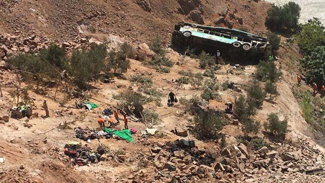 Al menos 44 muertos tras caer un autobús por un barranco en Perú