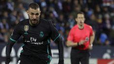 Karim Benzema se afana tras un balón en Butarque. (EFE)
