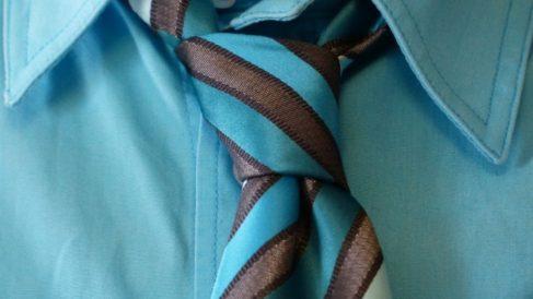 Todos los pasos para hacer un nudo de corbata correctamente.