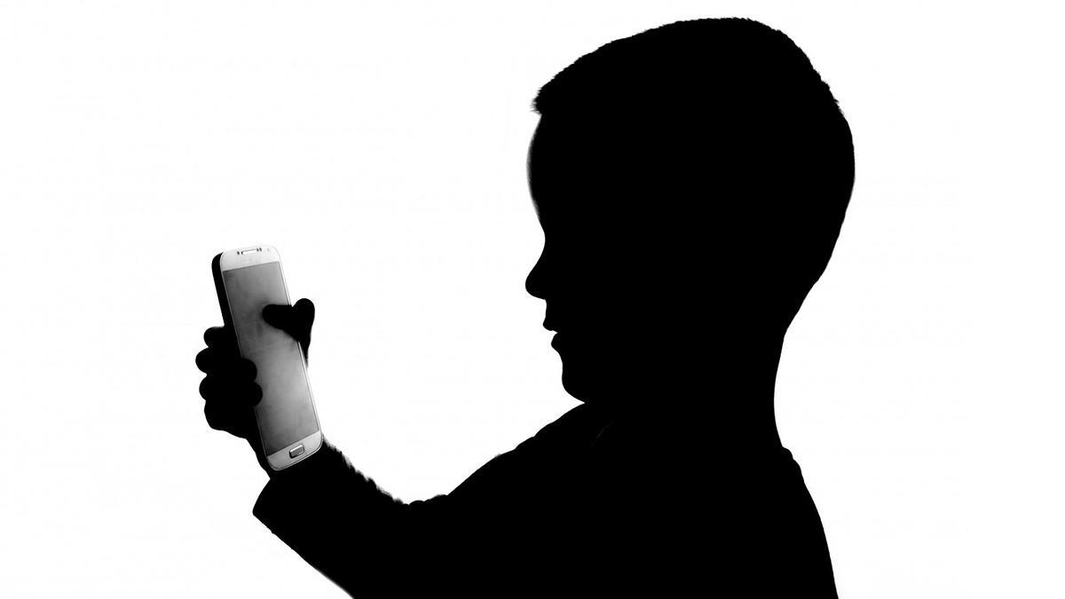 Gracias al diseño de los enchufes en Japón, una madre castigó a su hijo poniéndole un candado al enchufe de su consola que impedía conectarla
