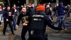 Altercados entre aficionados del Spartak de Moscú y la Ertzaintza momentos antes de comenzar el partido entre el Athletic Bilbao- Spartak de Moscú. (EFE)