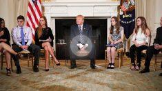 Donald Trump con supervivientes y familiares de víctimas del tiroteo de Florida. (Foto: AFP)