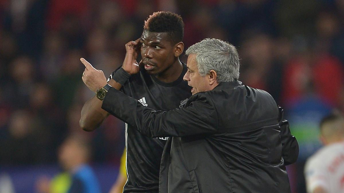 Mourinho, dando órdenes a Pogba (Getty).