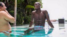 Paul Pogba y su representante Mino Raiola se ríen en una piscina.