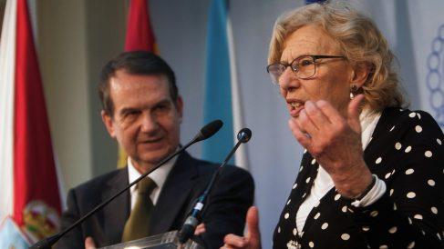 La alcaldesa de Madrid, Manuela Carmena, junto al de Vigo, Abel Caballero, este viernes. (Foto: EFE)