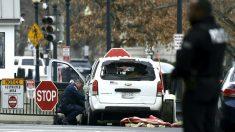Un agente inspecciona el vehículo que se estrelló contra una valla de seguridad de la Casa Blanca (Foto: AFP).
