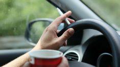 Fumar mientras se conduce afecta a la salud de quienes viajan contigo y pueden producir distracciones.