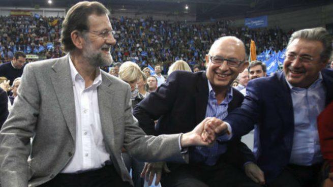 Mariano Rajoy con los ministros Zoido y Montoro (Foto:EFE)
