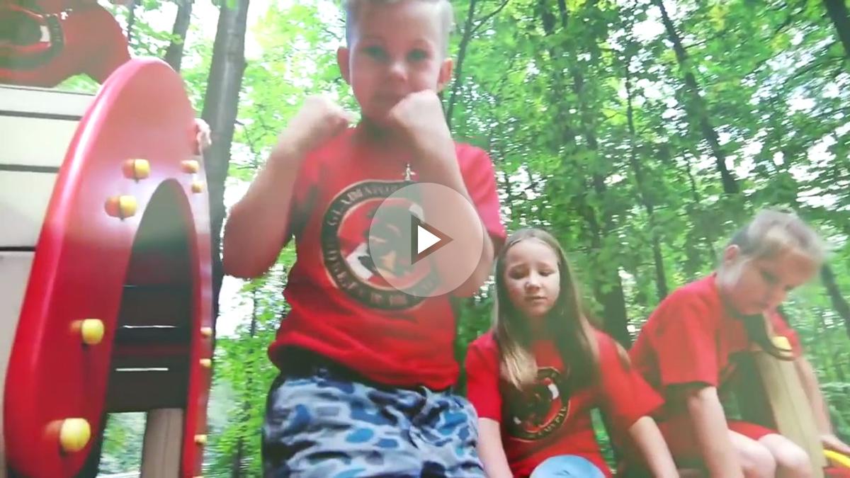 Niños rusos adoctrinados por los ultras del Spartak de Moscú.
