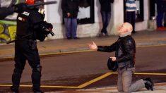 Imagen tomada de los violentos enfrentamientos entre las aficiones del Athletic de Bilbao y el Spartak de Moscú. (Foto: EFE)