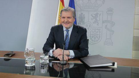 Méndez de Vigo en su comparecencia tras el Consejo de Ministros. (Foto: Paco Toledo)