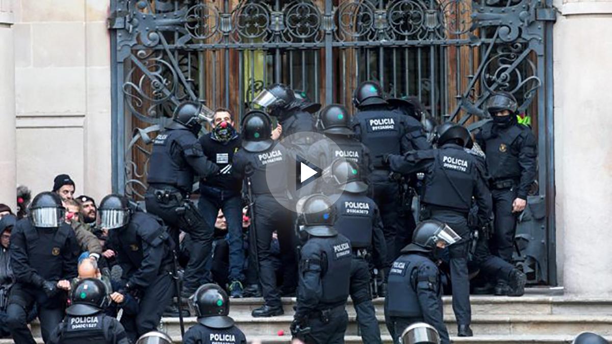 Mossos desalojan a radicales que bloquean la entrada al TSJC. (Foto: EFE)