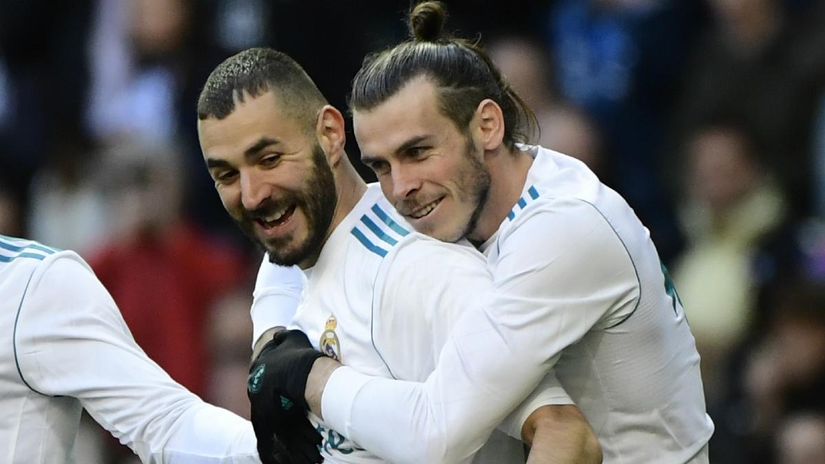 Bale agradece a Benzema el pase de gol ante el Alavés. (EFE)