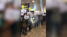Los independentistas acosan a los visitantes del Mobile World Congress en el aeropuerto de El Prat.