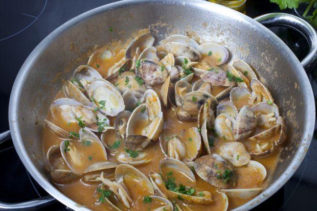 Receta de merluza con almejas en salsa receta de la abuela for Como preparar almejas en salsa