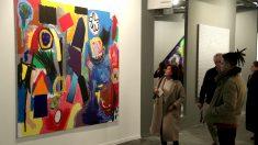 Varias personas observan una de las obras expuestas en ARCO (Foto: Efe).