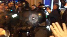 Tensión entre manifestantes y Mossos, este domingo, en Barcelona.