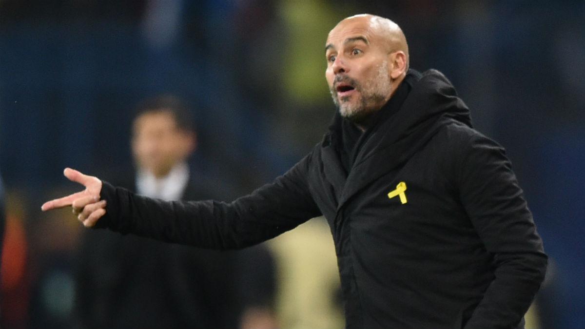Guardiola, en un partido luciendo el lazo amarillo. (AFP)
